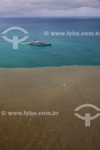 Foto aérea Navio Patrulha F Rademaker (P-49) com a lama chegando ao mar pelo Rio Doce após rompimento da barragem de rejeitos de mineração da empresa Samarco  - Linhares - Espírito Santo (ES) - Brasil