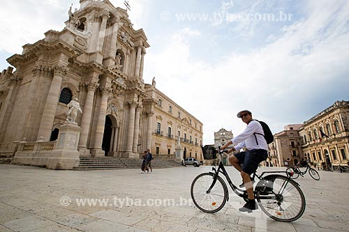 Ciclista na Piazza del Duomo (Praça do Duomo) com a Cattedrale Metropolitana della Natività di Maria Santissima (Catedral Metropolitana da Natividade de Maria Santíssima) - 1753 - ao fundo  - Siracusa - Província de Siracusa - Itália