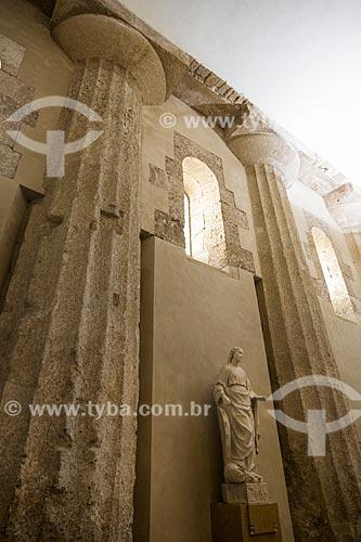 Colunas da ordem dórica (480 AC) no interior da Cattedrale Metropolitana della Natività di Maria Santissima (Catedral Metropolitana da Natividade de Maria Santíssima) - 1753  - Siracusa - Província de Siracusa - Itália
