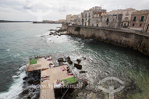 Deck no Mar Jônico utilizado por banhistas  - Siracusa - Província de Siracusa - Itália
