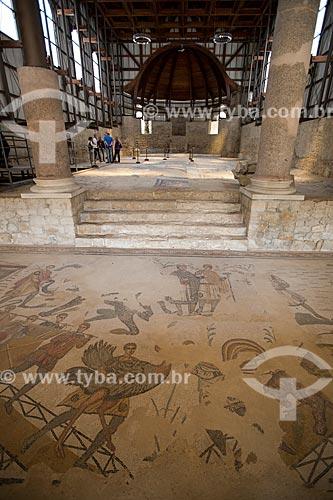 Detalhe de mosaico conhecido como Grande Caçada com a basílica ao fundo - Villa Romana del Casale - antiga palácio construído no século IV  - Piazza Armerina - Província de Enna - Itália