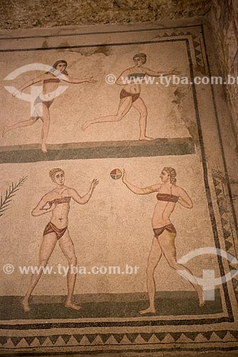 Detalhe de mosaico conhecido como Donzelas em Biquini na Villa Romana del Casale - antiga palácio construído no século IV  - Piazza Armerina - Província de Enna - Itália