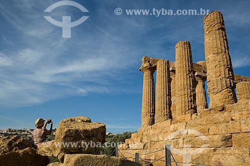 Turista fotografando o Templo de Juno no Valle dei Templi (Vale dos Templos) - antiga cidade grega de Akragas  - Agrigento - Província de Agrigento - Itália