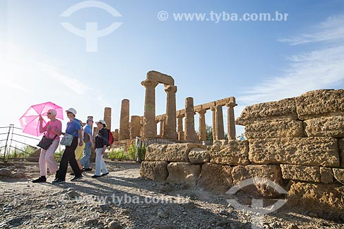 Turistas no Templo de Juno no Valle dei Templi (Vale dos Templos) - antiga cidade grega de Akragas  - Agrigento - Província de Agrigento - Itália