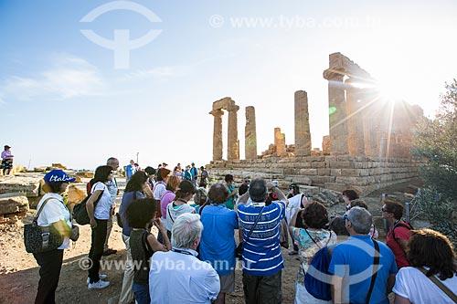 Turistas observando o Templo de Juno no Valle dei Templi (Vale dos Templos) - antiga cidade grega de Akragas  - Agrigento - Província de Agrigento - Itália
