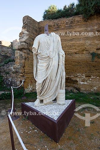 Estátua em mármore togadas no Valle dei Templi (Vale dos Templos) - antiga cidade grega de Akragas  - Agrigento - Província de Agrigento - Itália