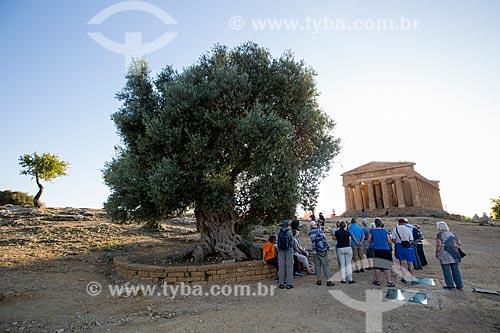 Turistas no Valle dei Templi (Vale dos Templos) - antiga cidade grega de Akragas - com o Templo de Concórdia ao fundo  - Agrigento - Província de Agrigento - Itália
