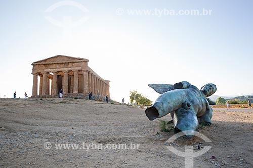 Escultura em bronze com o Templo de Concórdia ao fundo no Valle dei Templi (Vale dos Templos) - antiga cidade grega de Akragas  - Agrigento - Província de Agrigento - Itália