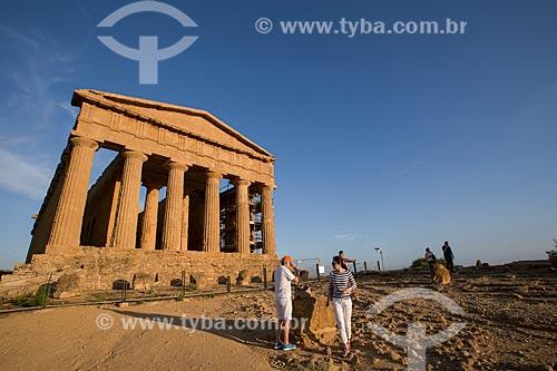 Turista no Templo de Concórdia no Valle dei Templi (Vale dos Templos) - antiga cidade grega de Akragas  - Agrigento - Província de Agrigento - Itália