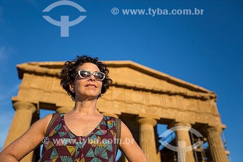 Turista no Valle dei Templi (Vale dos Templos) - antiga cidade grega de Akragas - com o Templo de Concórdia ao fundo  - Agrigento - Província de Agrigento - Itália