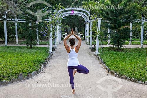 Mulher praticando Yoga no Jardim Botânico do Rio de Janeiro - movimento vrksasana (árvore)  - Rio de Janeiro - Rio de Janeiro (RJ) - Brasil