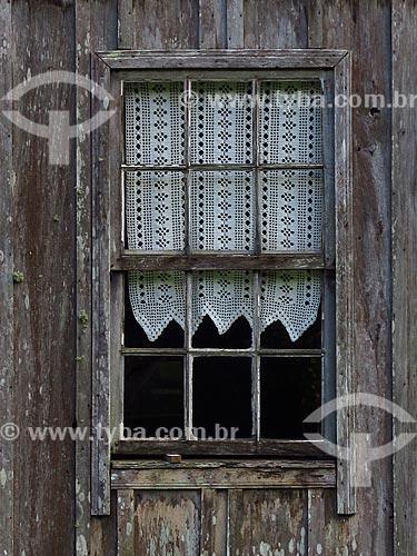 Detalhe de janela em casa colonial antiga  - Gramado - Rio Grande do Sul (RS) - Brasil