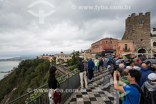 Turistas na Piazza 9 Aprile (Praça nove de Abril) com a Torre dell Orologio (Torre do Relógio) ao fundo  - Taormina - Província de Messina - Itália