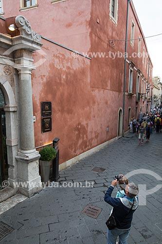 Turista fotografando hotel na Corso Umberto  - Taormina - Província de Messina - Itália