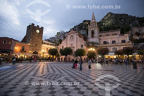 Entardecer na Piazza 9 Aprile (Praça nove de Abril) com a Torre dell Orologio (Torre do Relógio) e a Igreja de San Giuseppe ao fundo  - Taormina - Província de Messina - Itália