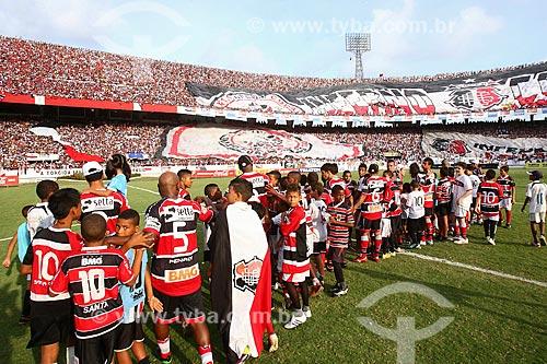 Jogadores do Santa Cruz Futebol Clube e crianças entrando em campo no Estádio José do Rego Maciel (1972) - também conhecido como Estádio do Arruda  - Recife - Pernambuco (PE) - Brasil