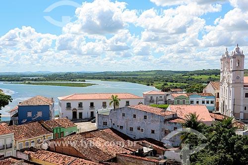 Vista de cima da Igreja de Nossa Senhora da Corrente (1790) - à direita - e casarios com o Rio São Francisco ao fundo  - Penedo - Alagoas (AL) - Brasil