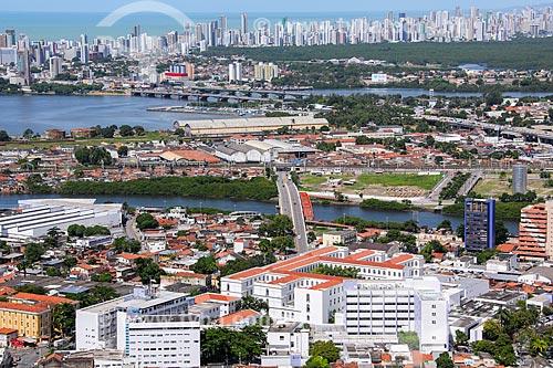 Foto aérea do Hospital Pedro II e o Instituto de Medicina Integral Professor Fernando Figueira (IMIP) com a cidade de Recife ao fundo  - Recife - Pernambuco (PE) - Brasil