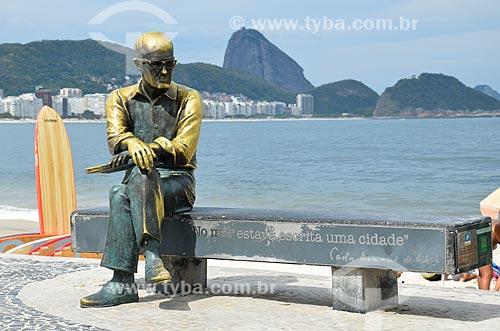 Estátua do poeta Carlos Drummond de Andrade no Posto 6 com o Pão de Açúcar ao fundo  - Rio de Janeiro - Rio de Janeiro (RJ) - Brasil