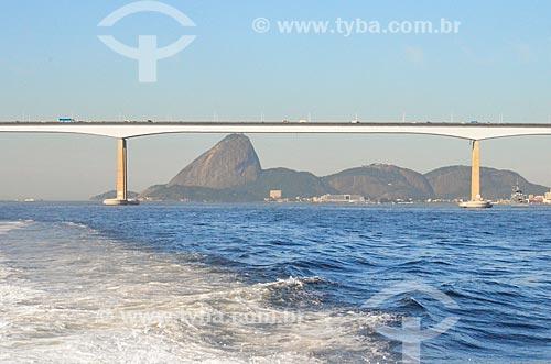 Vista da Ponte Rio-Niterói (1974) durante travessia na Baía de Guanabara com o Pão de Açúcar ao fundo  - Rio de Janeiro - Rio de Janeiro (RJ) - Brasil