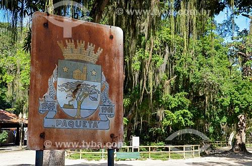 Placa com o brasão da cidade de Ilha de Paquetá com Flamboyant (Delonix regia) - também conhecida como Flamboiã - ao fundo  - Rio de Janeiro - Rio de Janeiro (RJ) - Brasil