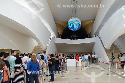 Fila no hall de entrada do Museu do Amanhã com o globo gigante que mostra - em tempo real - as correntes marítimas e climáticas da Terra  - Rio de Janeiro - Rio de Janeiro (RJ) - Brasil