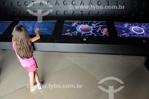 Criança em mesa interativa na instalação Vida - representando um dos três aspectos essenciais do planeta - no Museu do Amanhã  - Rio de Janeiro - Rio de Janeiro (RJ) - Brasil
