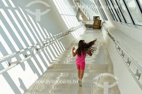 Criança no corredor do Museu do Amanhã  - Rio de Janeiro - Rio de Janeiro (RJ) - Brasil
