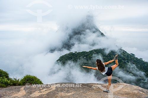 Mulher praticando Yoga na Pedra Bonita com a Pedra da Gávea ao fundo  - Rio de Janeiro - Rio de Janeiro (RJ) - Brasil