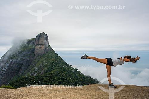 Mulher praticando Yoga - movimento virabhadrasana C (guerreiro III) - na Pedra Bonita com a Pedra da Gávea ao fundo  - Rio de Janeiro - Rio de Janeiro (RJ) - Brasil