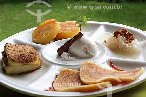 Detalhe de sobremesas - da direita para a esquerda - Doce de côco, Bolo de Rolo, Bolo Souza Leão, Cartola - doce feito de banana e queijo - e Sorvete de Tapioca no centro  - Olinda - Pernambuco (PE) - Brasil