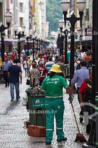 Gari varrendo o calçadão da Rua Halfeld  - Juiz de Fora - Minas Gerais (MG) - Brasil