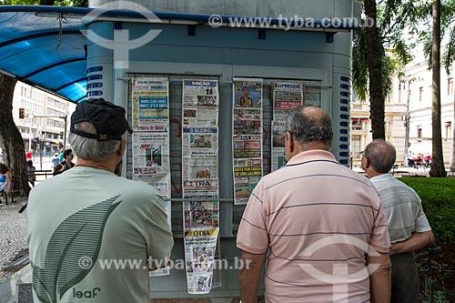 Homens lendo jornais expostos na banca de jornal no Parque Halfeld  - Juiz de Fora - Minas Gerais (MG) - Brasil