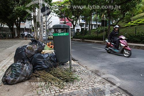 Lixo na calçada do Parque Halfeld  - Juiz de Fora - Minas Gerais (MG) - Brasil