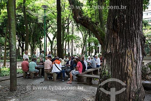 Pessoas da terceira idade jogando baralho no Parque Halfeld  - Juiz de Fora - Minas Gerais (MG) - Brasil