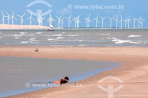 Banhista na Praia de Canoa Quebrada com o Parque Eólico Canoa Quebrada ao fundo  - Aracati - Ceará (CE) - Brasil