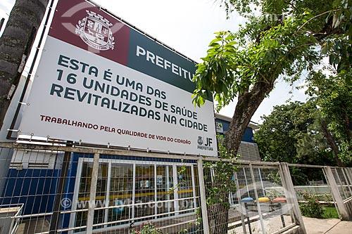 Placa informativa em frente ao posto de saúde em Barreira do Triunfo  - Juiz de Fora - Minas Gerais (MG) - Brasil