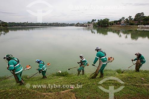 Trabalhadores fazendo a poda da grama às margens da Lagoa da Pampulha  - Belo Horizonte - Minas Gerais (MG) - Brasil
