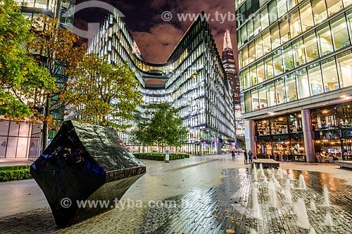 Prédios à noite em Londres com o Edifício The Shard (2012) ao fundo  - Londres - Grande Londres - Inglaterra