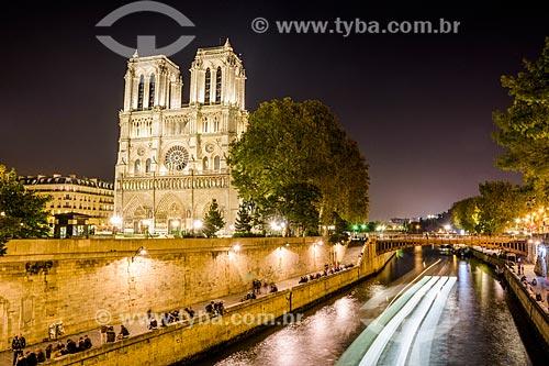 Fachada da Catedral de Notre-Dame de Paris (1163) às margens do Rio Sena  - Paris - Paris - França