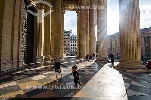 Crianças brincando no Panthéon de Paris (Panteão de Paris) - 1790  - Paris - Paris - França