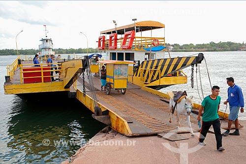 Travessia de balsa no Rio Paracauari entre  as cidades de Salvaterra e Soure na Ilha de Marajó  - Soure - Pará (PA) - Brasil