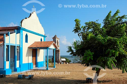 Fachada da Igreja de Nossa Senhora do Rosário com as ruínas do antigo templo ao fundo  - Salvaterra - Pará (PA) - Brasil