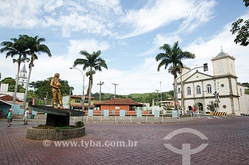 Escultura em homenagem ao ex-piloto de Fórmula 1 Ayrton Senna - à esquerda - com a Igreja Matriz de São Pedro e São Paulo (1882) - à direita  - Paraíba do Sul - Rio de Janeiro (RJ) - Brasil