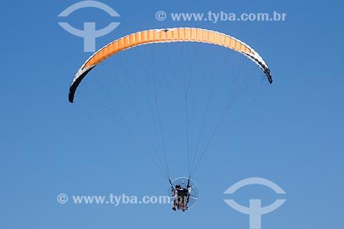 Parapente sobrevoando a Praia de Porto de Galinhas  - Ipojuca - Pernambuco (PE) - Brasil