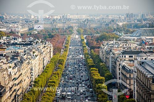Vista da Avenida Champs-Élysées a partir do Arco do Triunfo com o Musée du Louvre (Museu do Louvre) ao fundo  - Paris - Paris - França