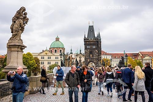 Turistas na Karluv most (Ponte Carlos) - mais antiga ponte de Praga com o Rio Moldava  - Praga - Região da Boêmia Central - República Tcheca