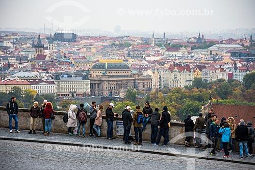 Turistas com a cidade de Praga ao fundo  - Praga - Região da Boêmia Central - República Tcheca