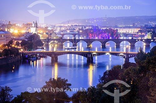 Vista das pontes sobre o Rio Moldava durante o entardecer  - Praga - Região da Boêmia Central - República Tcheca