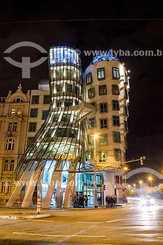 Fachada do edifício Tan?ící dum ou Fred e Ginger (1996) - mais conhecido como Casa Dançante por sua arquitetura - à noite  - Praga - Região da Boêmia Central - República Tcheca